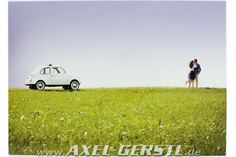 Postcard Fiat 500 Lovers on meadow (148 x 105 mm)